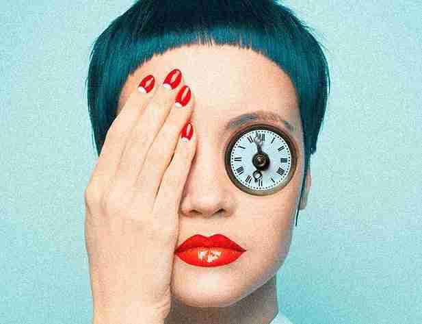 Volto di donna con orologio che copre occhi sinistro e mano che copre occhio destro Photoshop e la grafica Lorenzdesign studio grafico