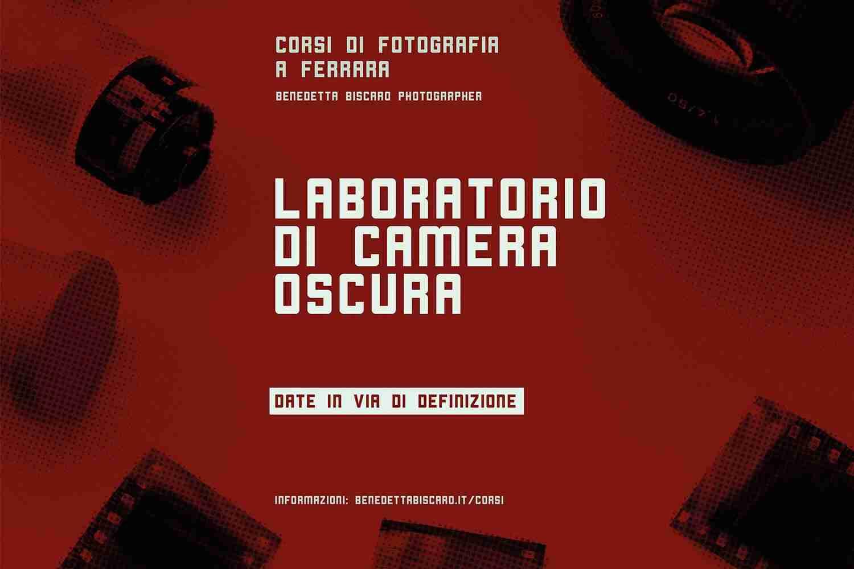 Laboratorio di camera oscura - fondo rosso con rullini fotografici - corsi di fotografia a Ferrara - Lorenzdesign studio grafico